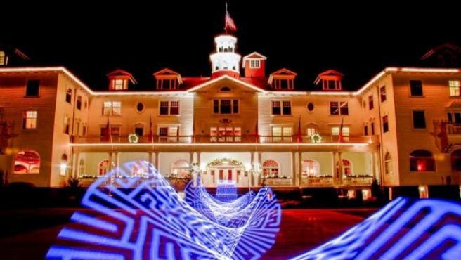 El hotel Stanley con una proyección que anuncia el futuro laberinto