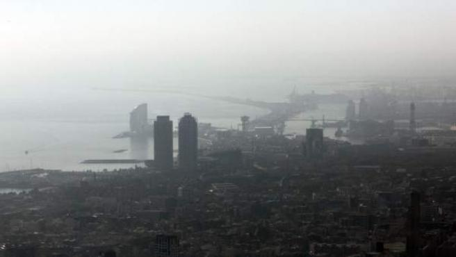Barcelona cubierta por la contaminación atmosférica.