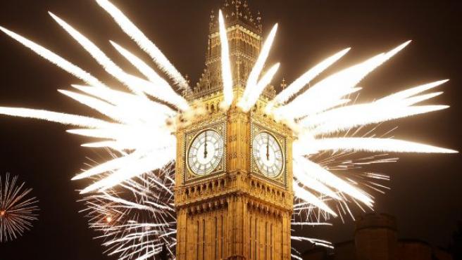 Celebraciones de Año Nuevo en la famosa torre de Londres que alberga el reloj Big Ben.