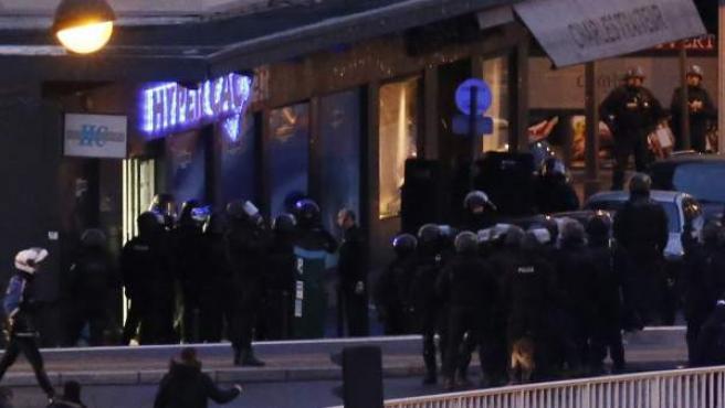 Efectivos del cuerpo de élite BRI asalta un supermercado judío en el este de París.