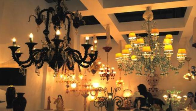 Unas lámparas de araña siempre dan un toque de distinción a un salón, sin que parezca muy 'rococó'. Estas en concreto formaban parte del la exposición 'Euroluce' del Salón Internacional del Mueble de Milán.