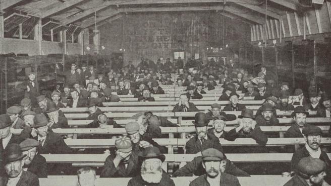 Refugio del Ejército de Salvación con derecho a sentarse en un banco para pasar la noche a cambio de un penique. Londres, en torno a 1900
