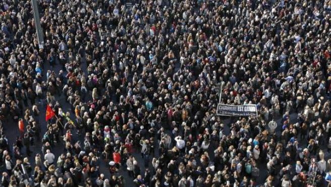 Una multitud de personas participa en Marsella en una marcha silenciosa contra los atentados de París.