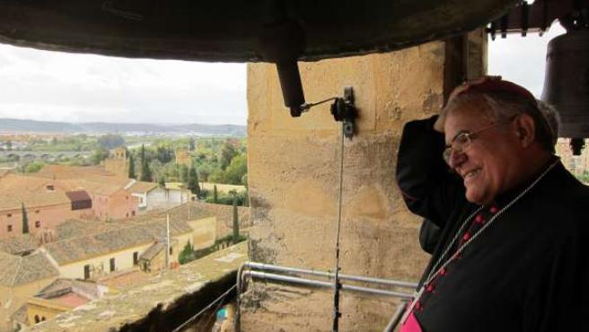El obispo observa la Catedral desde el campanario de la torre