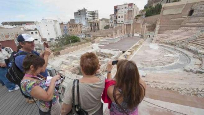 Turistas visitan el Teatro Romano de Cartagena