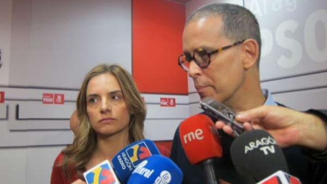 Pedro Zerolo acompañado por Susana Sumelzo.