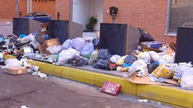 Desperdicios acumulados frente a la escuela infantil 'El Patito Rilo' de Parla, en la zona oeste del municipio, debido a la huelga de celo en el servicio de recogida de basuras de la localidad.