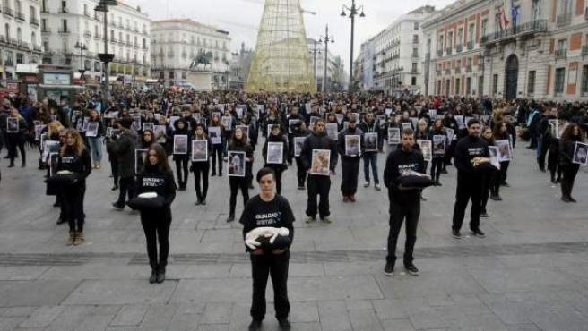 Protesta en la madrileña Puerta del Sol para protestar contra el maltrato animal.
