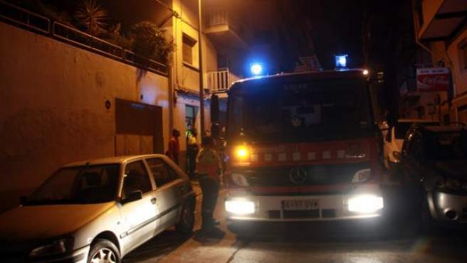 Una de las dotaciones de bomberos que sofocaron el incendio en el que falleció una anciana con movilidad reducida.