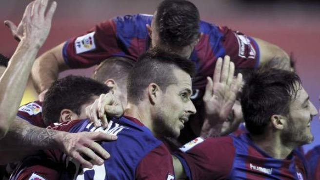 Los jugadores del Eibar felicitan a Manu del Moral (c) tras marcar ante el Getafe, durante el partido de Liga en Primera División.