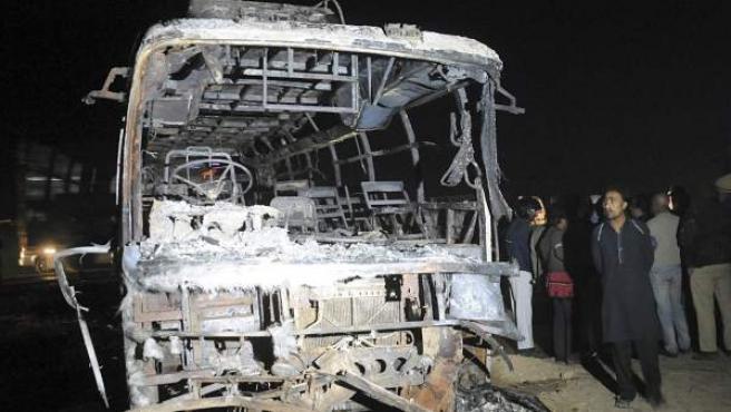 Así quedó un autobús que chocó contra un camión que transportaba gasolina en las inmediaciones de Karachi, en Pakistán.