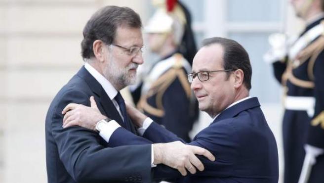 Rajoy y Hollande se saludan en el encuentro que ha tenido lugar antes de la gran manifestación de París contra el terrorismo.