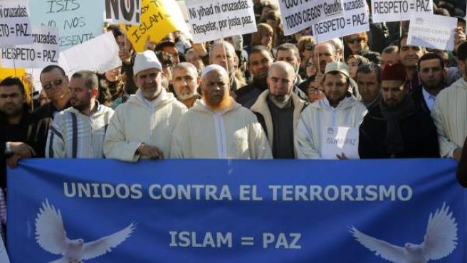 Varios de los asistentes a la concentración convocada en Atocha por la Fundación Cultura Árabe (Funca), para mostrar su repulsa a los atentados terroristas en Francia.