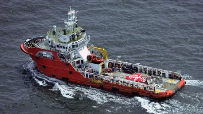 La cola del avión de AirAsia siniestrado a bordo del barco Crest Onyx.