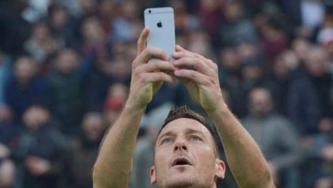 Francesco Totti, el veterano capitán de la Roma, celebra con un 'selfie' su gol ante la Lazio, en el derbi de la capital de Italia.