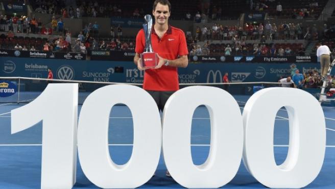 El tenista suizo Roger Federer posa con su trofeo de campeón en el Torneo de Brisbane, un triunfo que llegó con su éxito 1000 en el circuito profesional tenístico.