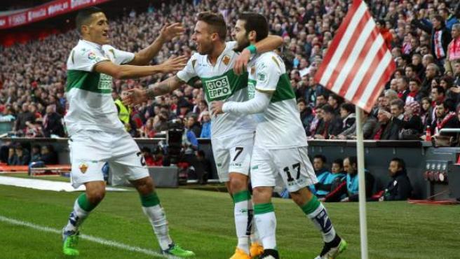 El centrocampista del Elche Víctor Rodríguez (d) celebra la consecución del primer gol de su equipo ante el Athletic de Bilbao en partido de la decimoctava jornada de Liga de Primera División en el estadio de San Mamés, en Bilbao.