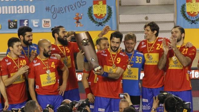 El capitán de la selección española de balonmano, el asturiano Raul Entrerríos (c), junto al resto de jugadores, con el trofeo de campeones tras vencer a Polonia (33-28) hoy en el último partido de la tercera jornada del XL torneo Internacional de España, Memorial Domingo Barcenas.