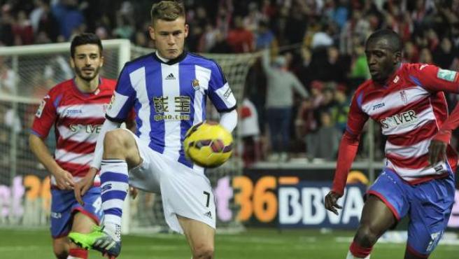 El centrocampista francés del Granada Abdoulwahid Sissoko (d) presiona al delantero islandés de la Real Sociedad, Alfred Finnbogason.