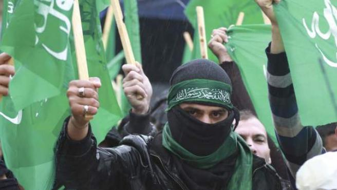 Seguidores de Hamás, ondean banderas del movimiento islamista durante una concentración como muestra de solidaridad con los palestinos de la Franja de Gaza, en la ciudad cisjordana de Hebrón.