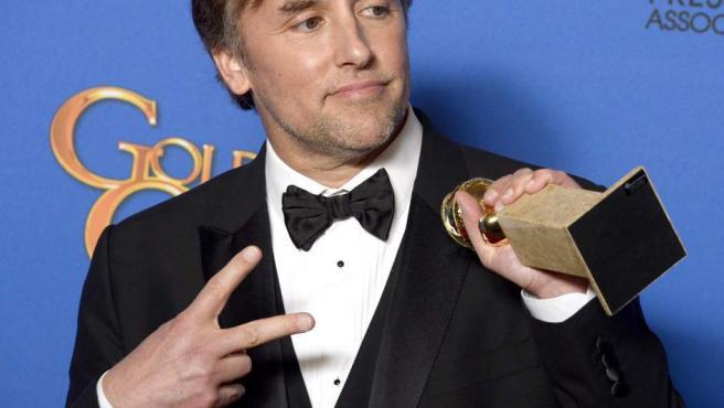 Richard Linklater posa con su premio al mejor director por Boyhood.