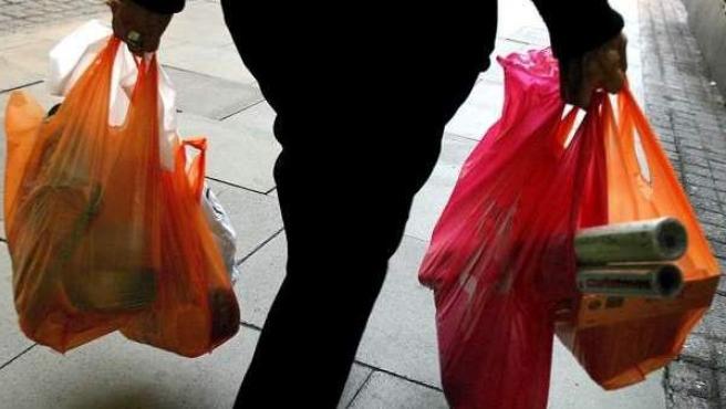 Una imagen de archivo de una persona con bolsas de la compra.