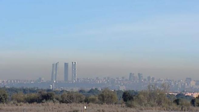 Una boina de contaminación cubre el cielo de Madrid.