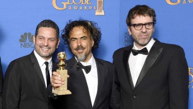 Alejandro González Iñárritu posa junto a su equipo con el Globo de Oro al Mejor Guión Original por 'Birdman', en la 72 edición de los Premios que otorga la prensa internacional.