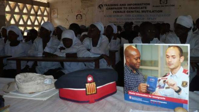 Un grupo de niñas gambianas asiste a una charla de los Mossos d'Esquadra en el marco de una campaña de concienciación sobre la ablación genital.