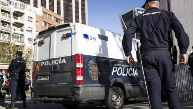 Dos policías, en los juzgados de la Plaza de Castilla de Madrid.