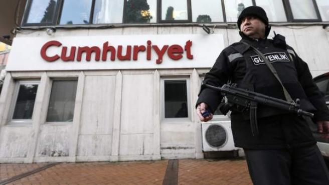 Un policía vigila la sede del periódico Cumhuriyet, el único que ha publicado un suplemento sobre el semanario francés 'Charlie Hebdo', después del atentado que sufrió.