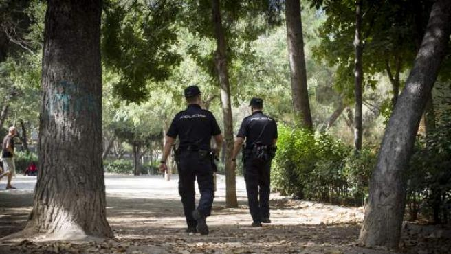 Policías nacionales patrullando por las calles de Madrid.
