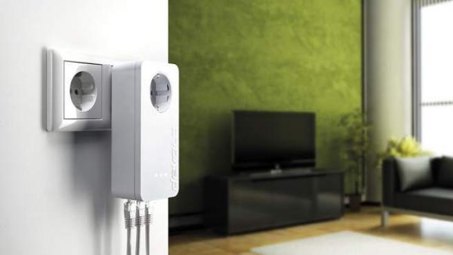 Conseguir que el wifi llegue a todas las habitaciones puede lograrse con un enchufe como el de la imagen.