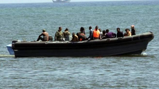 Imagen de archivo de una patera avistada por el servicio de vigilancia marítima.