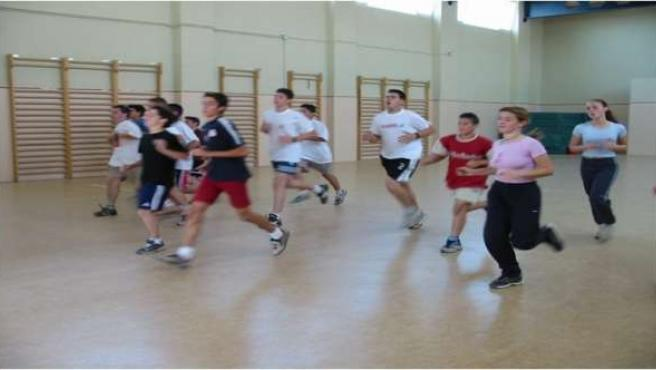 Alumnos haciendo Educación Física