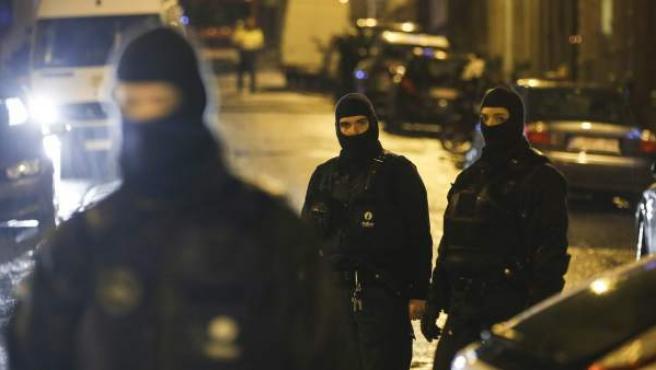 Varios policías acordonan una calle de la ciudad belga de Verviers donde se ha desarrollado una operación antiterrorista.