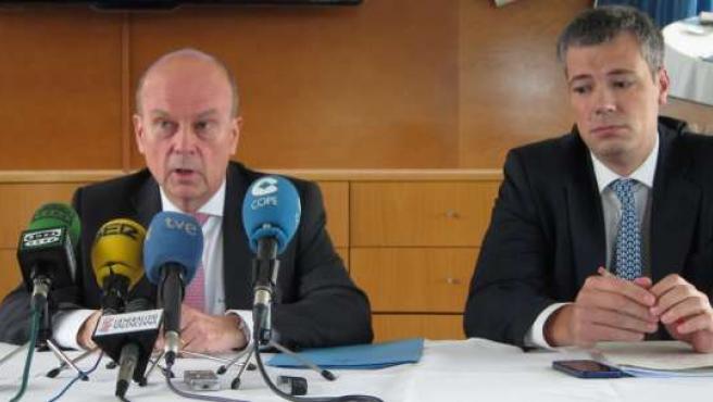 El conseller Máximo Buch, en rueda de prensa acompañado por D.Marco.