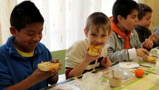 Niños desayunando o comiendo, comedor escolar