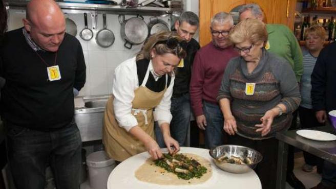 Maria Salom prepara las tradicionales espinagades