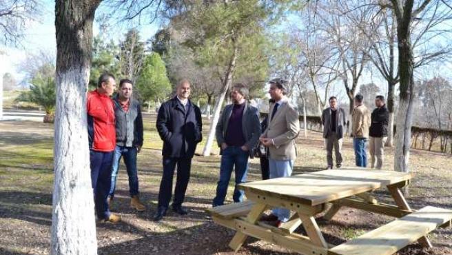 Lorite (dcha.) y el alcalde junto a uno de los merenderos de la vereda