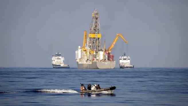 Una lancha de asalto de la Armada Española protege la zona donde el barco Rowan Reneissance, de Repsol, que realiza los sondeos.