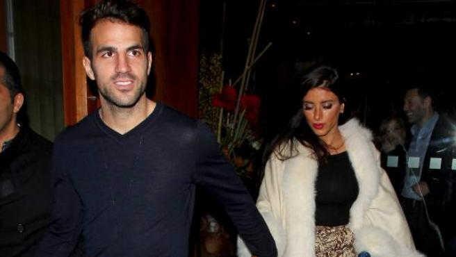 El futbolista Cesc Fàbregas y su mujer, Daniela Seeman, por las calles de Londres en una imagen de archivo.