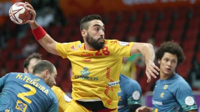 Valero Rivera se dispone a lanzar en el partido del Mundial de Balonmano que enfrentó a Brasil y a España en Catar.