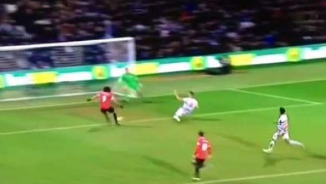 Falcao falla un gol a puerta vacía ante el QPR.
