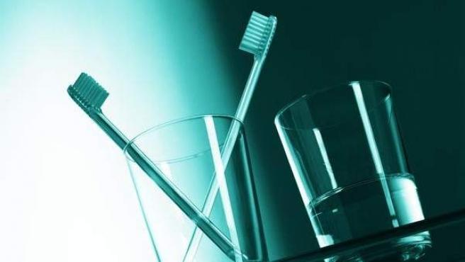 El cepillado de los dientes a diario es esencial, no así el uso de colutorios, según señalan algunos expertos.