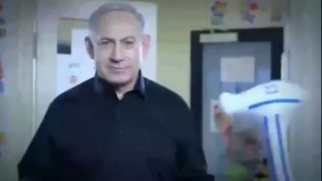 Captura del vídeo electoral del Likud, el partido de Benjamin Netanyahu, en el que el primer ministro israelí dirige una guardería.