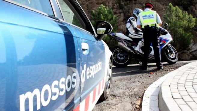 Un agente de los Mossos d'Esquadra, en un control de velocidad.