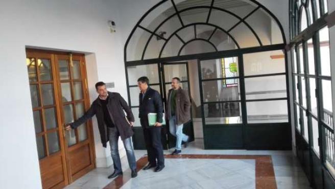 Dirigentes de IULV-CA a su llegada a la reunión