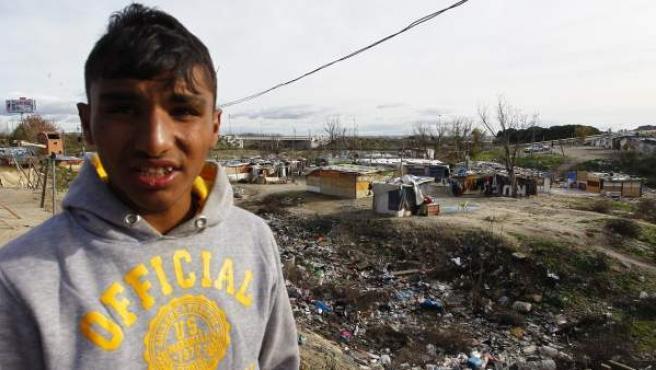 Florin, de 18 años, durante una de sus frecuentes visitas a El Gallinero, donde ha vivido gran parte de su vida.