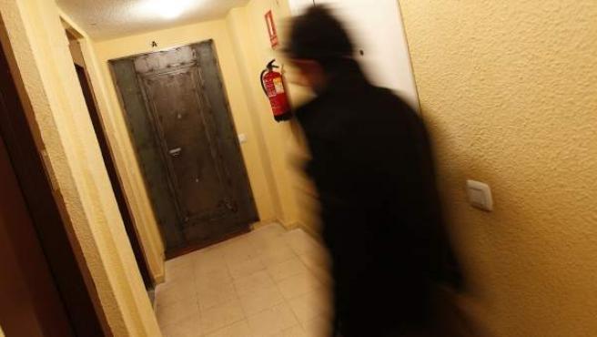 Una de las puertas blindadas que utilizan los organismos públicos madrileños de vivienda.